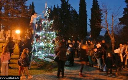Božićni ugođaj u Ljubuškom: Građani zajednički okitili bor