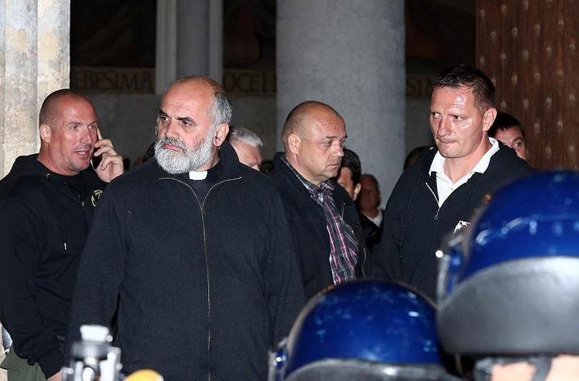Tko je svećenik iz Posušja koji je stajao između policajaca i ...
