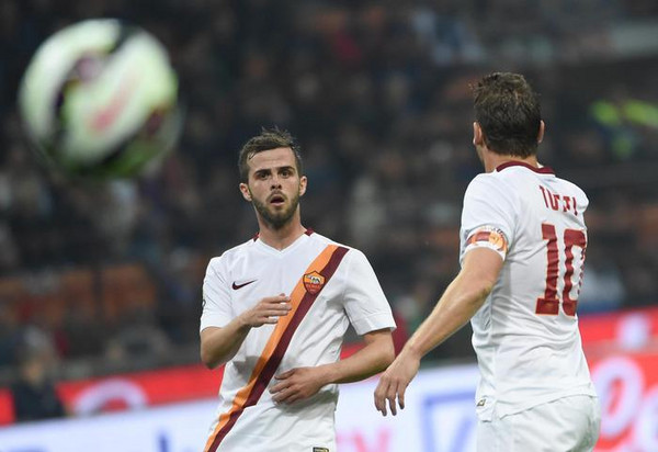 AS Roma's forward Francesco Totti (R) reacts with teammate midfielder MIralem Pjanic during the Serie A soccer match between Inter Milan and AS Roma at the Giuseppe Meazza stadium in Milan, 25 April 2015.ANSA/DANIEL DAL ZENNARO
