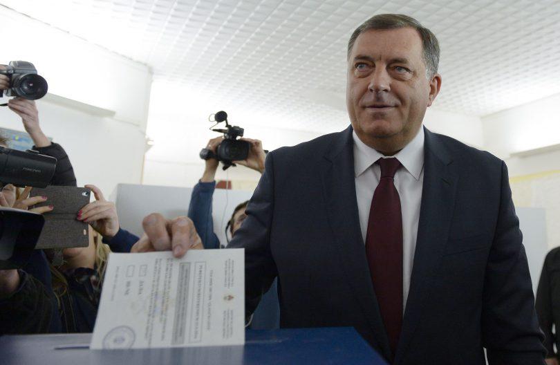 Banja Luka, 24. septembra 2016. - Predsjednik Republike Srpske Milorad Dodik glasao je danas na referendumu u 10.00 sati u Domu kulutre u Laktasima. On je na biracko mesto dosao sa suprugom i sinom. Glasanje je pratio veliki broj medija. Foto FENA/FOTO TANJUG/ TANJA VALIC/