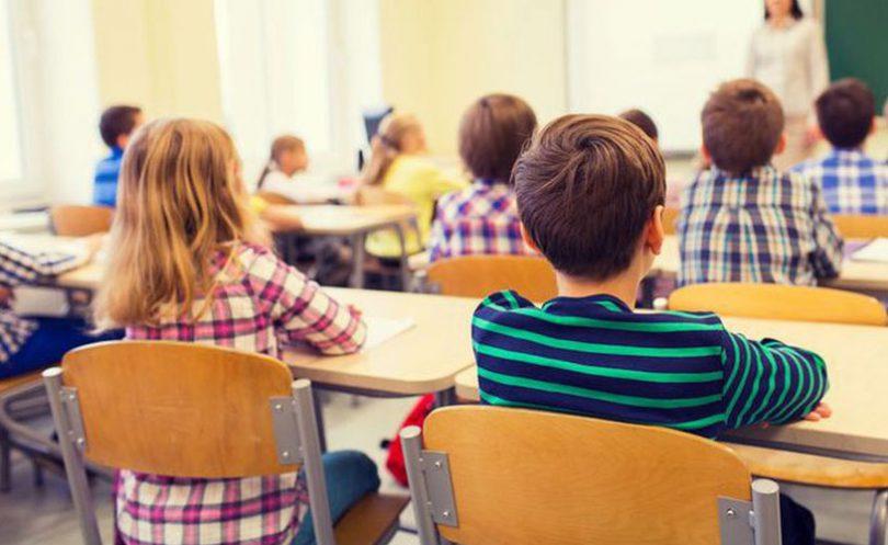 Učiteljica iz škole s učenicima