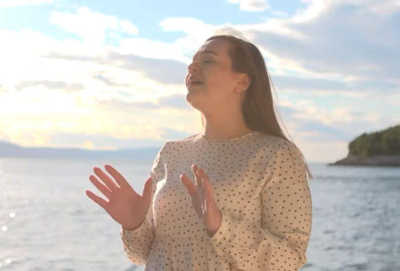 Jelena Skoko detalj iz spota uz more na Jadranu.