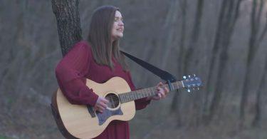 Jelena Skoko svira gitaru, detalj iz spota za njezinu pjemu Izliječi me.