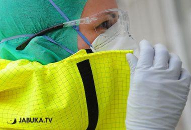 Zaštitna maska, kapa, žuto odjelo i naočale.