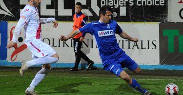 Josip Barišić ubacuje loptu u 16erac, u dvoboju s Miloš Filipović