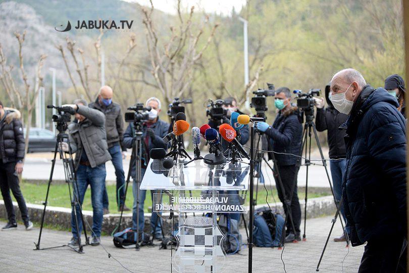 Mikrofoni, novinari, kamere na press konferencija za medije, ispreg zgrade Vlade županije zapadnohercegovačke ŽZH.
