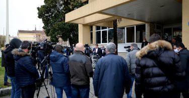 Zgrada županije zapadnohercegovačke, press konferencija povodom korona virusa. Novinari, snimatelji i fotografi uoči konferencije.