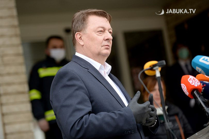 Zdenko Ćosić na press konferenciji ispred Vlade ŽZH.
