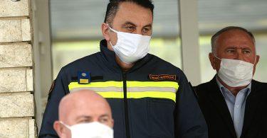 Drago Martinović, zapovjednik Civilne zaštite ŽZH ispred zgrade vlade ŽZH na konferenciji za medije.