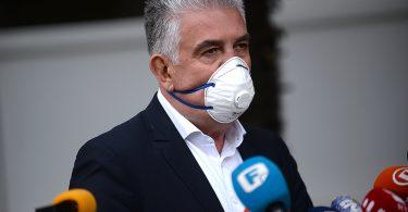 Nevenko Herceg sa zaštitnom maskom na konferenciji za medije ispred zgrade vlade županije zapadnohercegovačke.
