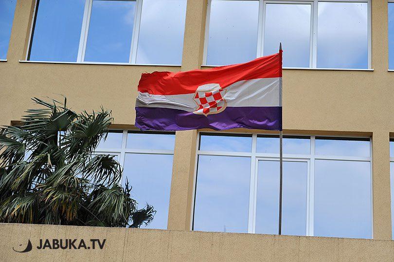 Zastava Herceg Bosne na zgradi ŽZH u Širokom Brijegu