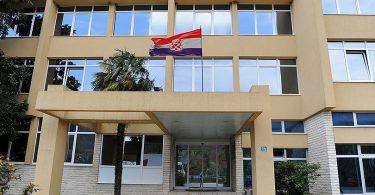 Zgrada Vlade i Skupštine ŽZH Županija u Širokom Brijegu, frontalna strana gdje glavni ulaz.