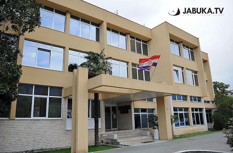 Zgrada Vlade i Skupštine ŽZH Županija, bočna strana sa zastavom