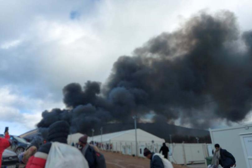 Veliki požar u migrantskom kampu Lipa, migranti pale šatore i proklinju  državu BiH | Jabuka.tv