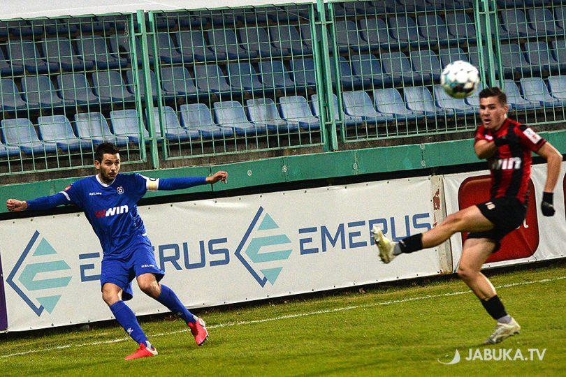 Dino Ćorić ubacuje loptu